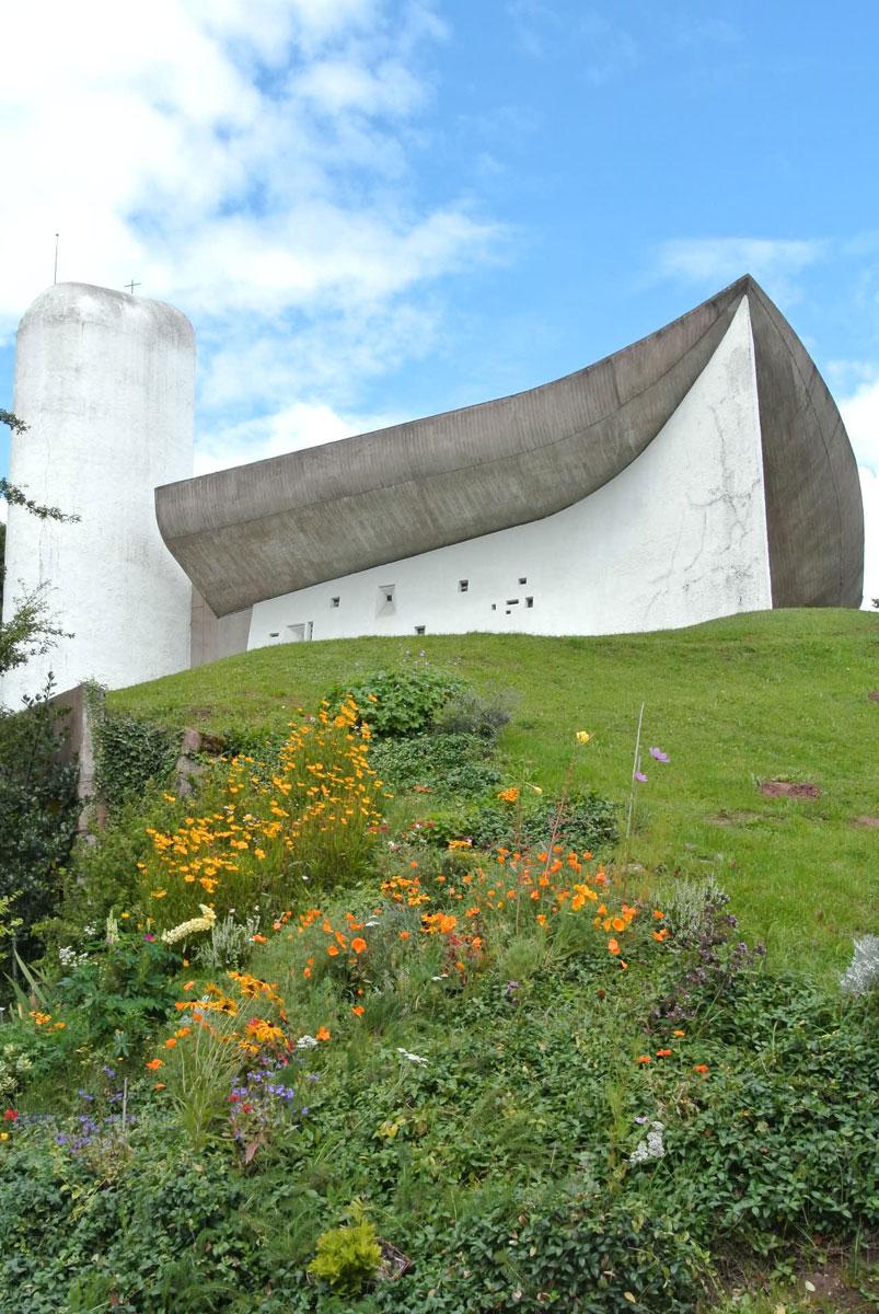 ロンシャン10-外部-小さな花とともに撮った礼拝堂